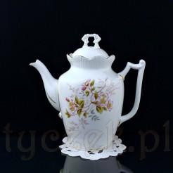 Majestatyczny dzbanek do parzenia kawy ze śnieżnobiałej porcelany