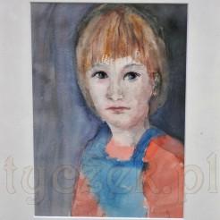 Przedstawienie portretowe jasnowłosej dziewczynki w łososiowej bluzeczce i turkusowym fartuszku na ciemnym tle