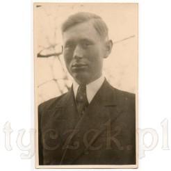 Zdjęcie portretowe młodego, przystojnego mężczyzny