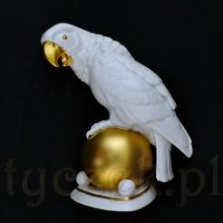Papuga siedząca na złotej kuli - figura z procelany