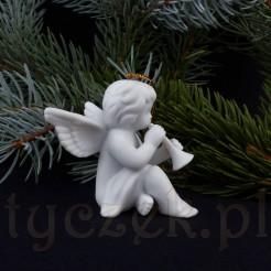 Figurka aniołka grającego na trąbce