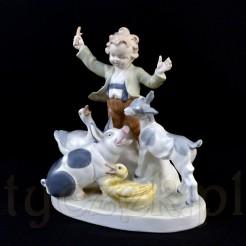 Duża figurka chłopca w otoczeniu zwierząt wiejskich