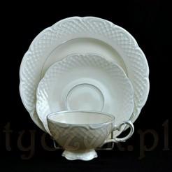 Elegancki zestaw śniadaniowy wykonany z szlachetnej porcelany w kolorze ecru