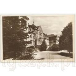 widok na okazały budynek sanatorium
