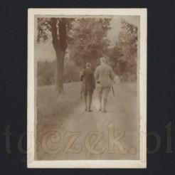 Spacer dwóch mężczyzn ujęty na dawnej fotografii z 1927 roku