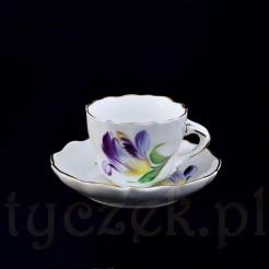 Ręcznie malowany motyw tulipana na porcelanie bałej