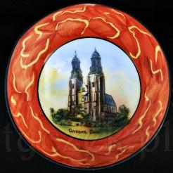 Porcelanowy suwenir z widokiem Katedry i podpisem: GNESEN DOM