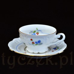 Mała filiżaneczka wykonana z białej porcelany