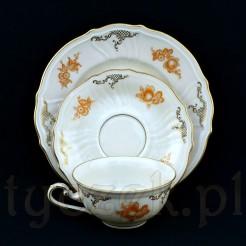 Wyrób wykonany został ze szlachetnej porcelany w kolorze ecru i datowany jest na lata 1910-1945