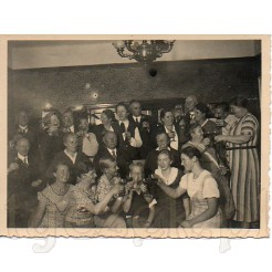 Czarno białe pamiątkowe zdjęcie przedstawiające świętującą rodzinę podczas wznoszenia toastu