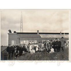 Grupa osób przy radiostacji w Langenbergu na pamiątkowej fotografii