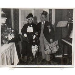 Para przebierańców wybierających się na bal na pamiątkowej fotografii