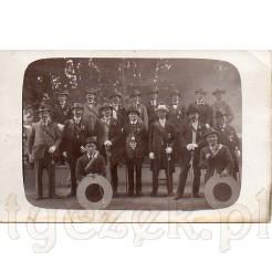 Członkowie bractwa kurkowego z tarczami strzeleckimi na dawnym zdjęciu