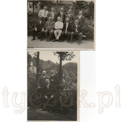 Panowie pozujący na pamiątkowych czarno białych fotografiach