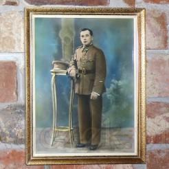 Portret młodego pocztowca mundurowego w szykownej ramie.