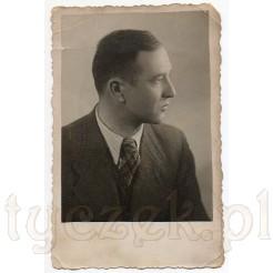 Zdjęcie portretowe wykonane z profilu eleganckiego mężczyzny