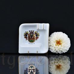 Biała porcelanowa popielniczka z dwoma żłobieniami miejscem na papierosa