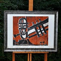 Muzyczna grafika wykonana w technice linorytu to układ przenikających się trąbek i skrzypiec