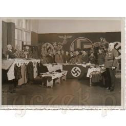 Kiermasz odzieży zorganizowany przez NSDAP- czarnobiała fotografia