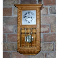 Zabytkowy zegar wiszący o ponadczasowej elegenacji
