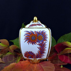 Porcelanowa herbatnica jest ręcznie malowana i złocona