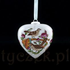 Bombkę dekorowano motywem kwiatów, instrumentów i ptaków.