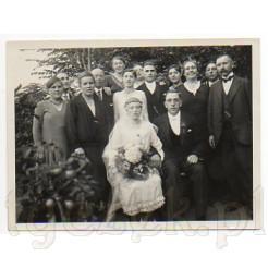 Pamiątkowe zdjęcie ślubne wraz z gośćmi weselnymi