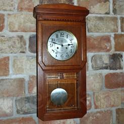 Finezyjny zegar w stylu secesyjnym mylonym z Art Deco