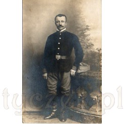 Poważny żołnierz z wąsem należący do wojsk austriackich z 1917 r.