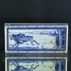 Ceramiczny kafel z motywem łowieckim w kolorach kobaltu