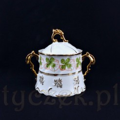 Pas czterolistnych koniczynek zdobi tą piękną cukierniczkę w barokowej stylistyce
