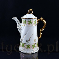 Okazała forma, piękna ornamentyka w stylistyce baroku, złocenia i tłoczenia charakteryzują ten dzbanek
