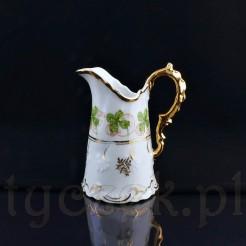 Uroczy mlecznik z białej porcelany posłuży do serwowania mleczka lub śmietanki
