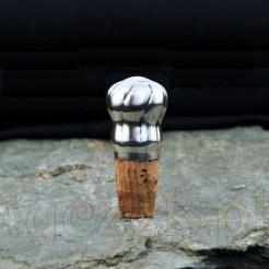 Posiada niewielkie wymiary i ergonomiczny kształt w związku z tym sprawdzi się do wielu modeli butelek i karafek