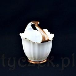 Wyjątkowy koszyczek o ciekawej formie ze złoconym uchwytem