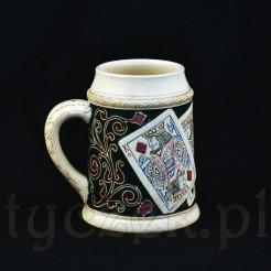Antyczny kufel karacisty ze zdobionej ceramiki zabytkowej