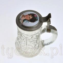 Kufel szklany z XIX wieku z porcelanową miniaturą