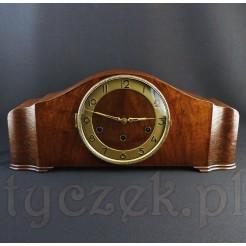 Dostojny zegar kominkowy w drewnianej obudowie