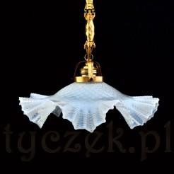 Znakomita lampa w kolorze mlecznego opalu na złotym zwisie