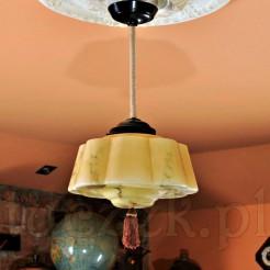 Wiekowa lampa z marmoryzacją idealna do stylowej jadalni