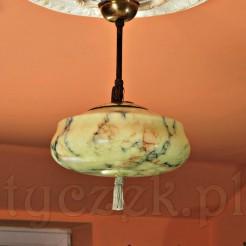 Wiekowa lampa na oryginalnym zwisie ze szklanym kloszem z marmoryzacją