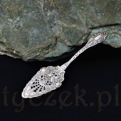 Efektowna i pięknie zdobiona motywami rocaille srebrna łopatka do ciasta