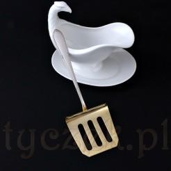 Złocona nabierka w kształcie trapezu jest specjalnie wymodelowana