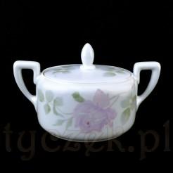 Zabytkowa cukiernica z subtelną różą kwitnącą na białej porcelanie