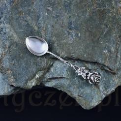 Filigranowa łyżeczka do małej filiżanki pochodzi z I połowy XX w.