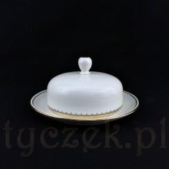 Porcelanowa maselnica o okrągłym kształcie wykonana została ze śnieżnobiałej porcelany