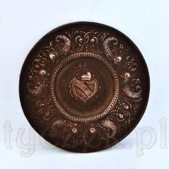 Muzelany talerz z fantazyjnymi smokami w stylu renesansowym i herbem w tarczy