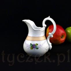 Uroczy mlecznik z białej porcelany został ręcznie wymodelowany