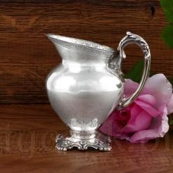 Srebrny dzbanuszek do mleka - ciekawy mlecznik ze srebra