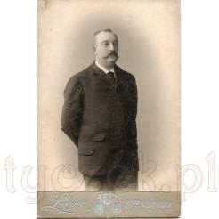 Elegancki mężczyzna z obfitym wąsem na dawnym zdjęciu z XIX w.